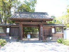 長府毛利邸までやってきました。廃藩置県により東京への移住をした14代毛利元敏が晩年長府に建築した邸宅です。毛利元敏は岩倉使節団にも同行したりと版籍奉還、廃藩置県後は苦労した藩主が多い中新政府でも活躍の場を持った藩主でした。 そして入り口に看板がありやはり閉鎖されているようですが、邸宅に入れないだけで庭には入れるので見学に行きます。