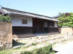この立派な長屋門は菅家長屋門と呼ばれるもんです。菅(かん)家は代々長府藩主の藩医を務めた家系だそうです。門には住所が書かれており解放されていなかったのでおそらく今でも住まわれている家の門だと思います。