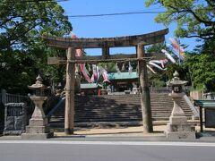 長府の街並みを散策していると長門国の二宮であった「忌宮神社」にたどり着きました。いみのみやじんじゃと読む珍しい名前の神社です。 仲哀天皇の熊襲平定の際に滞在した豊浦宮の跡地に建つ神社とされています。創建は199年に三韓征伐から神功皇后から戻る際に仲哀天皇を祀ったときとされています。