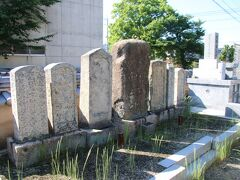豊浦小学校の裏を歩いていたら奇兵隊士の墓という看板があり行ってみました。東行庵の様に整備されていたり墓に眠る隊士の名などはかかれていませんでしたが、無縁仏の状態だと思いますが誰かが手入れをしているような雰囲気でした。