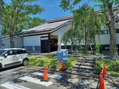 武家屋敷通り沿いには、施設が集中しています。高倉勝子美術館です。館内は撮影禁止です。髙倉勝子は登米市出身の日本画家で、美術館は平成21年に開館しています。広島で原子爆弾をうけ全身負傷し奇跡的に助かっています。宮城県に戻ってから中学校で教諭もしています。美術館では、日本画や水墨画など、初期の作品から最近のものまで髙倉勝子作品を展示しています。