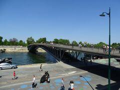 直前に訪問したオランジュリー美術館の日記はこちら。  ⇒https://4travel.jp/travelogue/11694823/  歩行者専用のシモーヌ・ド・ボーヴォワール橋。