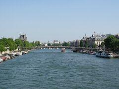 コンコルド橋からセーヌ河岸沿いの建物を眺める。