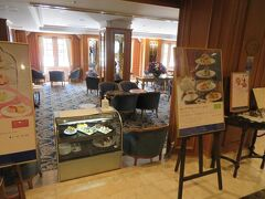午後3時。 本館1階のラウンジ「ラ・テラス」へ (入口写真はオープン時間前の午前中に撮影)