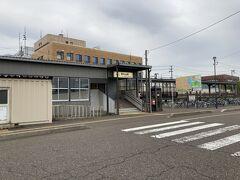 春日山駅で下車。