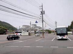 そんな歴史のある新島々駅前のBTは広々。国内外から多くの観光客が訪れる、著名観光地でもある上高地のメインルートとして重要な役割を果たしています。
