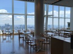 東京・六本木『六本木ヒルズ』森タワー52F【Cafe THE SUN】  ミュージアムカフェ【ザ サン】の店内の写真。  カジュアルです。