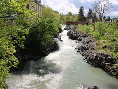 ガーデンを後にして、町の景勝地である錦仙峡を覗いてみました。2~3日前の雨の影響が残っているせいか水はやや濁っていました。6月を過ぎると水の色は青くきれいになるはずです。