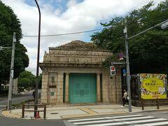 京成の博物館動物園駅跡 京成の駅には見えない立派な建築物です。