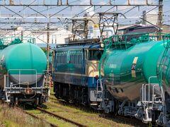 安善駅に着くと既に入換が始まっており、EF65-2101は折り返し列車の荷物を牽引して移動中でした。
