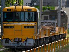 尻手で南武線に乗り換え、川崎駅の東海道線ホームに行くとレールを積んだ短キヤが停車していました。