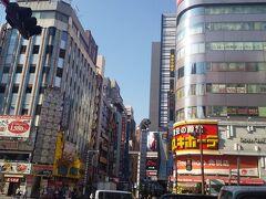 新宿靖国通りの交差点。 この風景が大好き!