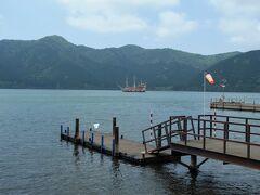 芦ノ湖。 海賊船が通りかかりました♪