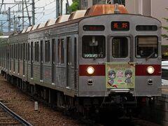 しなの鉄道の北長野駅から長野電鉄の信濃吉田駅まで、10分ほど歩いてきました。 Google mapの経路が随分と遠回りだったようで、乗り換え時間ギリギリの列車には乗れず・・・ 鉄道むすめラッピングの8500系がやってきました。