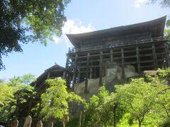 仁天門から観音堂を見るとこんな感じになってます  こちらの観音堂は、日本で唯一の「四方懸造」の建物で、後一条天皇の勅願により長元元年に建立され、明治41年国宝に、昭和25年国指定重要文化財に指定されています 「懸造」は日本古来の木組による釘やねじを一切使わない工法だそう 上っている途中で崩れたりしないかちょっと心配ですが、、、