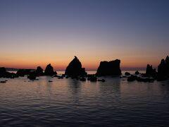 翌朝、日の出4:52に合わせ4:20起床、眠い中橋杭岩へ向かいました。