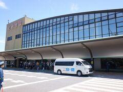 空港潰し44カ所目の庄内空港。庄内空港は庄内地方の酒田市と鶴岡市にまたがり、1991年開港で比較的新しく、今年で30周年になります。現在はANAの羽田便のみの就航で、去年まではジェットスターが成田から乗り入れていたのですが、撤退してしまいました。飛行機到着次第、酒田駅と鶴岡駅行きのリムジンバスが出ています。レンタカーを使う人も多そうです。   一応リンク張っておきます。 http://www.shonaikotsu.jp/limousine/index.html