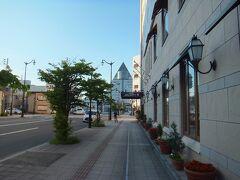 中央奥の三角の建物→アスパムです。八甲田ホテル送迎バスの発着場所。  右 ホテルJALシティ青森 デラックスW(朝食付き・税込み)¥6300で予約しました。部屋は普通のビジネスホテルです。アメニティは日航系列だからでしょうか、「ミキモト」でした。