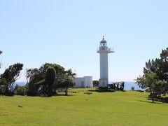 緑地の向こうに梶取崎灯台。