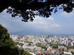 市内をブラブラしたあと、桜島が見える城山展望所に来てみました・・・ やっぱり桜島は雲の中・・・ でも雰囲気は味わえました!!