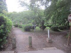 本堂脇から奥へと進んで行くと茂原公園に繋がっています