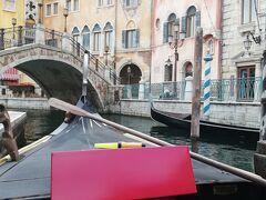 もう、ゆっくりしたいという事で「ヴェネツィアン・ゴンドラ」に乗船しました。