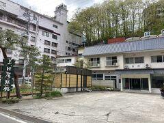 到着!  手前の2階建が上田屋、奥にも別棟がある 宿の前のスペースが駐車場  左手に映るのは後出の朝日ホテル