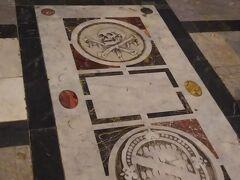 ピサのドゥオモ広場のドゥオモの正面にある洗礼堂。こちらは洗礼堂の床。