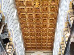 内部の様子。金箔が貼られた豪華な格子状の天井がとてもきらびやかです。