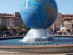 ディズニーシーシンボルの地球儀。ゆっくりまわっています。