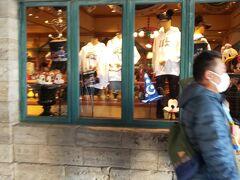 パーク内で着られるようなアパレルなどを販売するギフトショップです。いつもここで着るものを買ってパークを楽しんでいます。