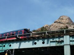 ディズニーシーエレクトリックレールウェイ。  高いところに線路がつくられています。  乗っている人が手を振ってくれたので振りかえしました!