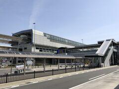 『大阪国際(伊丹)空港』1F  1階に下りると、大阪モノレール「大阪空港」駅が見えます。  大阪国際空港(伊丹空港)ターミナルビルの2階と直結しています。