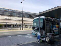 空港リムジンバスの終点の停留所「京都駅八条口」に到着しました。  目の前がJR京都駅です。  「大阪(伊丹)空港」から「京都駅八条口」までの所要時間は、 約50分に対して12:26着でしたので、実際の所要時間は46分であり、 定刻よりも少し早い到着でした。