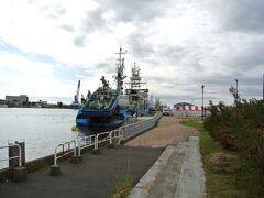 釧路のフィッシャーマンズワーフに買い物の立ち寄りをしてから、釧路川河畔を散策しました。 下流のこの付近は港になっているようでした。