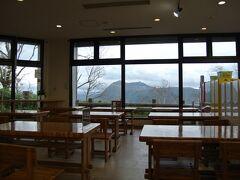 第一展望台レストハウスの飲食エリアのイスはすべて湖に向かって並んでいました。