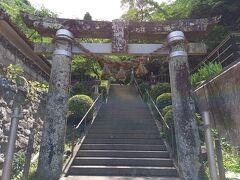 旧教会跡の横を登ると崎津諏訪神社。 潜伏キリシタンが発覚する舞台となった神社。