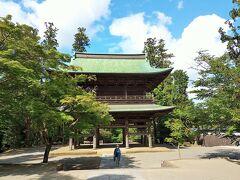 『三門』(山門)   神奈川県指定重要文化財 現在の三門は1785年、開山・無学祖元禅師の500年遠諱の年に再建。 三門は三解脱(空・無相・無願)の象徴。 煩悩を取り払って涅槃・解脱の世界である仏殿に至る門とされています。