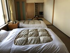 空港から1時間くらいで羅臼の宿まるみに到着。ここに3泊します。 安い和室を予約していましたが、ご厚意により新歓の和洋室にアップグレードしてくださいました。
