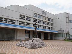 新潟県上越市にある直江津駅です。 JR信越本線の起点の駅であり、 えちごトキめき鉄道の起点でもあります。 2010(平成22)年に、北陸新幹線が2015年に開業すると 並走路線となり、JRから経営分離される区間を引き継いだのが、 えちごトキめき鉄道です。 直江津を基点に、JR東日本・信越本線の妙高高原駅~直江津駅間を 「妙高はねうまライン」とし、 JR西日本・北陸本線の市振駅~直江津駅間を 「日本海ひすいライン」として運営しています。 直江津は、3路線の起点と言う珍しい駅です。 直江津駅に隣接して、えちごトキめき鉄道の本社があります。