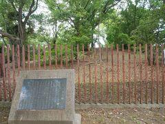 公園の南側が大石塚古墳。 4世紀末位の前方後円墳。 残念ながら残っているのは一部。