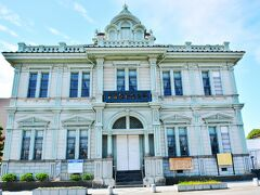 青森銀行記念館  まずはこちら、第五十九銀行本店本館として1904年に建設された青森銀行記念館。中は入らなかったけど内部を一般公開しています。 棟梁建築家・堀江佐吉氏の晩年の傑作だそう。 左右対称のルネサンス様式の建物で、防火のため日本の土蔵造りの構造も取り入れているそうです。
