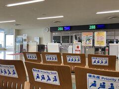 毎度の那覇空港ですが、バス移動のため1階の搭乗口。