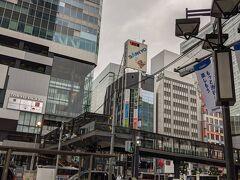 日曜日の早朝、渋谷駅前、 日陰は疎ら、そりゃそうですよね、寝てる時間ですね。
