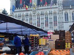 ブルグ広場の朝市  色鮮やかなフルーツたち