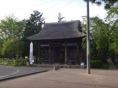 駅からすぐ。陸奥国分寺薬師堂にやって来た。 県指定重要文化財指定の仁王門。築400年だって。