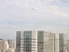 ゴォーーーと音が響く。 何だろう?と外を見る。  ホテルは新飛行ルート直下だった。 第2ターミナルに降りるソラシドエア。