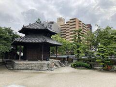 東長寺のお庭には六角堂 福岡市の文化財のようです