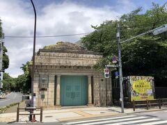 東京・上野「京成電鉄 博物館動物園駅跡」の写真。  『東京美術館』で「イサム・ノグチ発見の道」を鑑賞し、 【レストラン ミューズ】でランチをいただいた後は、下町散策をします。 素敵な建物が多いです。 このエリアは多分、1,2度通ったことがある位なのでとても新鮮です。 上野公園から神田白山線を根津、谷中、千駄木、白山まで歩きます。  このひとつ前のブログはこちら↓  <上野『東京都美術館』6/1から再開した「イサム・ノグチ発見の道」 写真撮影可能エリア★NYのロング・アイランドにある 『イサム・ノグチ財団・庭園美術館』のアート【レストラン ミューズ】 【cafe Art】のコラボメニュー>  https://4travel.jp/travelogue/11695983