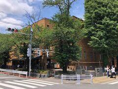 東京・上野  2021年6月1日から再開館した『黒田記念館店』の写真。  なんと観覧料は無料です。 【上島珈琲店 黒田記念館店】があり、テラス席も見えます。  日本近代洋画の父ともいわれる黒田清輝は、大正13(1924)年に 没する際、遺産の一部を美術の奨励事業に役立てるよう遺言しました。 これをうけて昭和3(1928)年に竣工したのが黒田記念館です。 館内には、遺族の方々から寄贈された遺作を展示して 画家を顕彰するために黒田記念室が設けられました。  <再開館のお知らせ> 2021年6月1日から『黒田記念館店』が再開館いたしました。 ※黒田記念館だけの入館には、事前のご予約は必要ありません。   ただし、入場規制を行う場合がございます。  <開館時間> 9:30~17:00 *入館は閉館の30分前まで  *時期により変動あり  <休館日> 月曜日(祝日・休日の場合は開館、翌火曜日休館)、年末年始。 ただし原則として、ゴールデンウィーク期間とお盆期間中は無休  <観覧料> 無料   <アクセス> JR上野駅公園口、鶯谷駅南口下車 徒歩15分 東京メトロ上野駅、根津駅、京成電鉄京成上野駅下車 徒歩15分   https://www.tobunken.go.jp/kuroda/